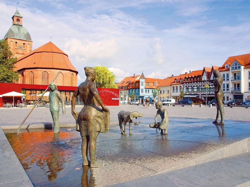 Marktplatz mit Blick auf die St.-Marien-Kirche | © Stadt Ribnitz-Damgarten
