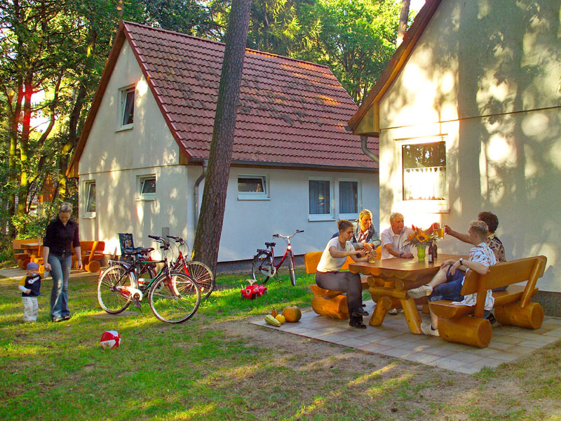 Ferienhaus mit möblierter Terrasse im Grünen
