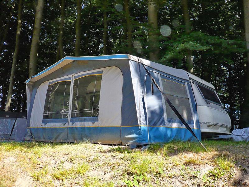 Wohnwagen mit Vorzelt auf dem Campingplatz