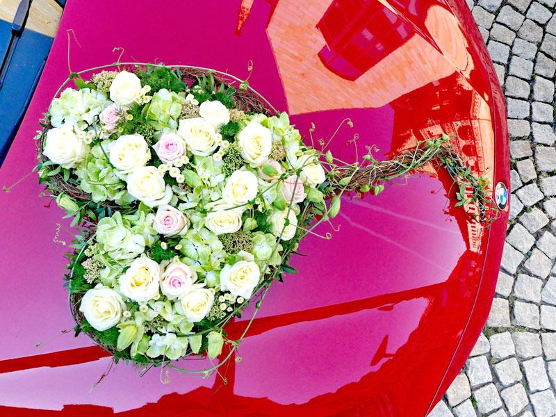 Rosenherz auf dem Hochzeitsauto