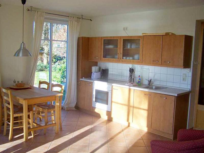 Ferienwohnung mit moderner Küchenzeile und Esstisch für 4 Personen