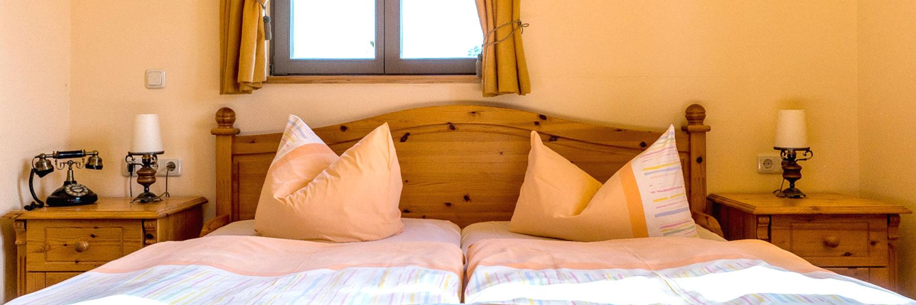 Schlafzimmer mit Doppelbett - Landhotel Zur Scheune