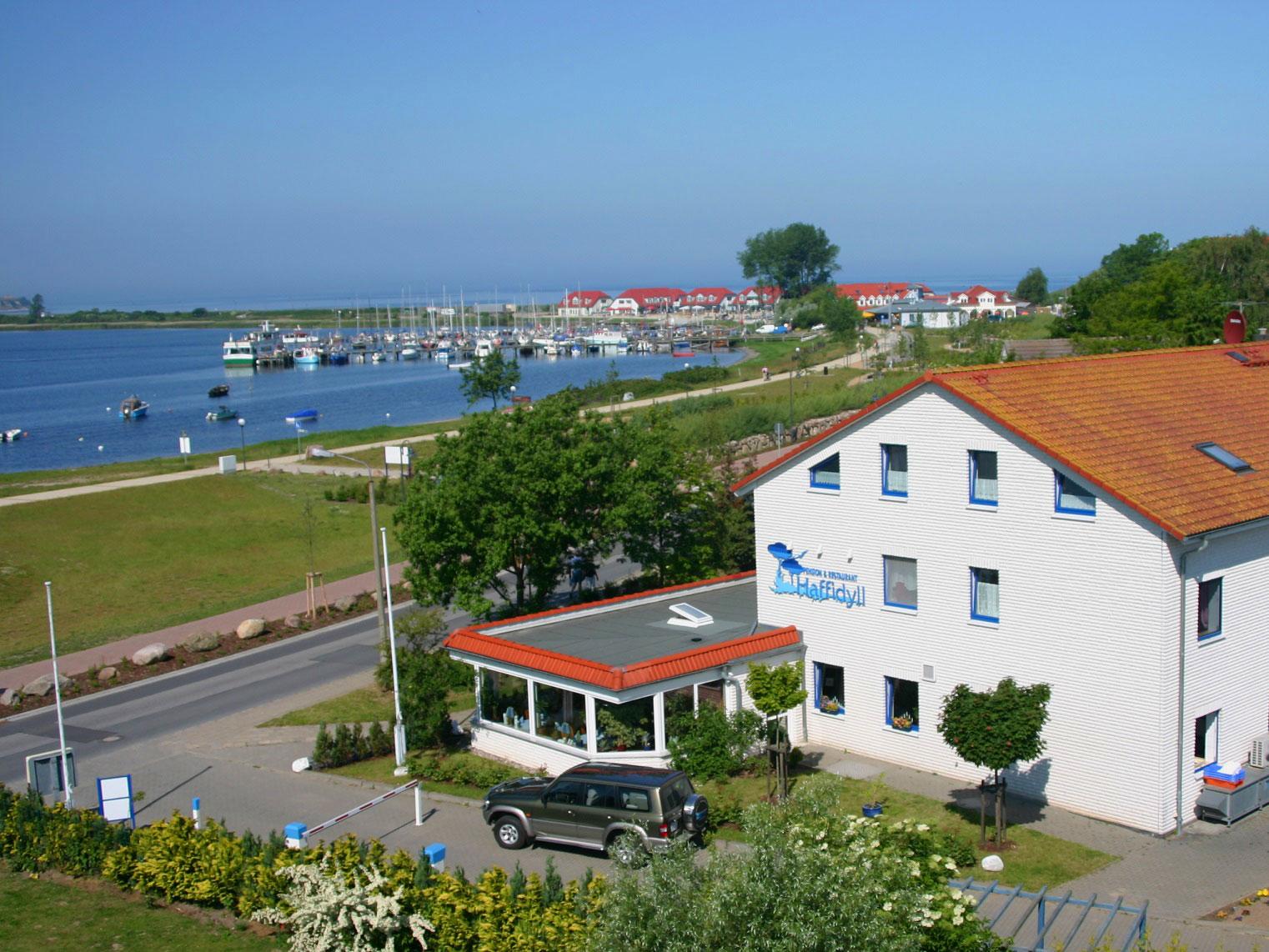 Hotelansicht mit Blick auf den Hafen