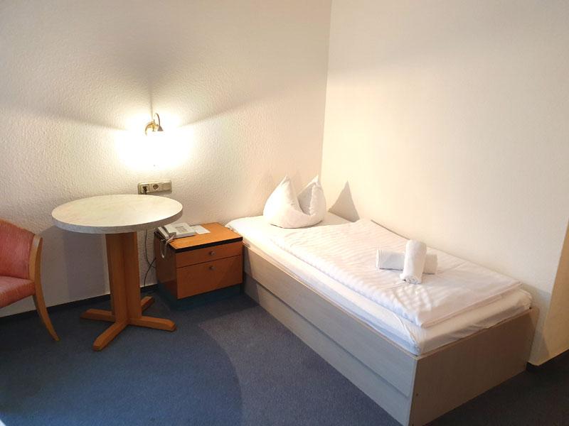 Einzelzimmer mit Bett und Couch