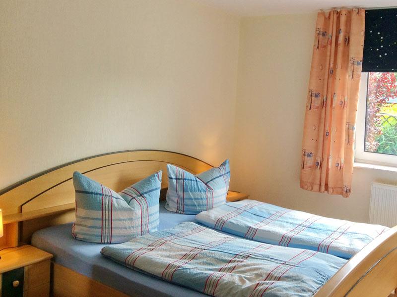 Ferienwohnung 2 - Schlafzimmer mit Doppelbett