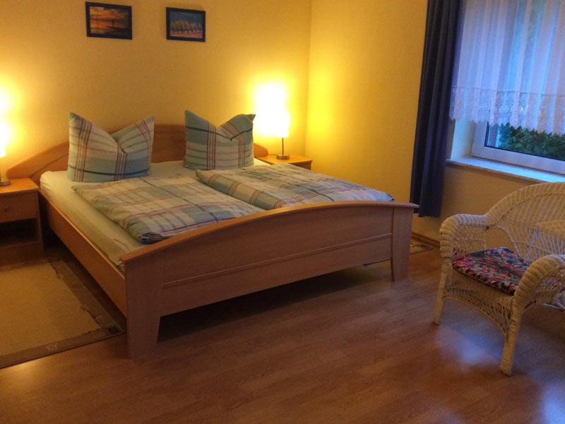 Ferienwohnung 4 - Schlafzimmer mit Doppelbett