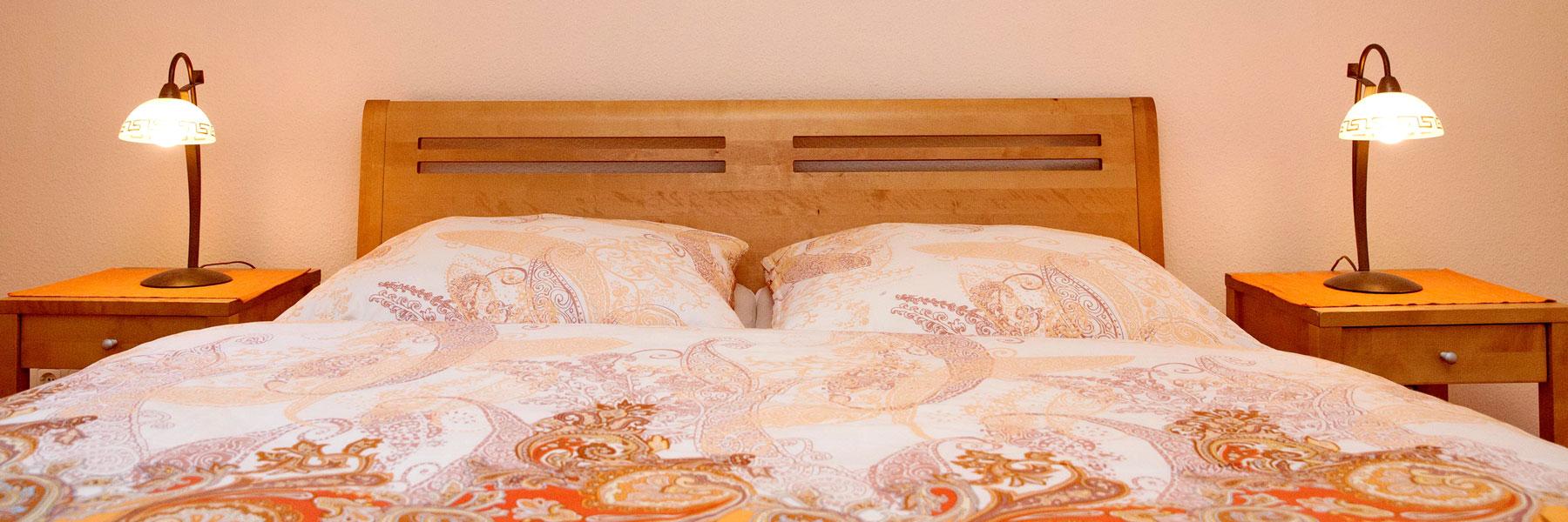 Schlafzimmer mit Doppelbett - Haus am Wald