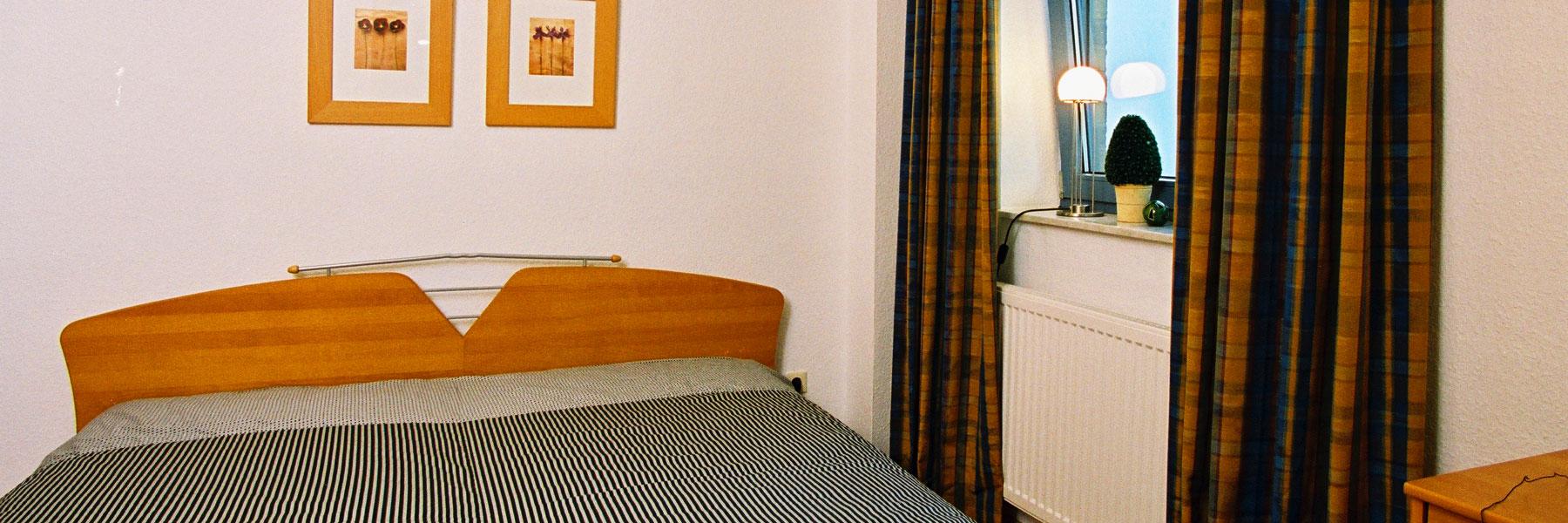 Schlafzimmer - Ferienwohnungen Zum Yachthafen
