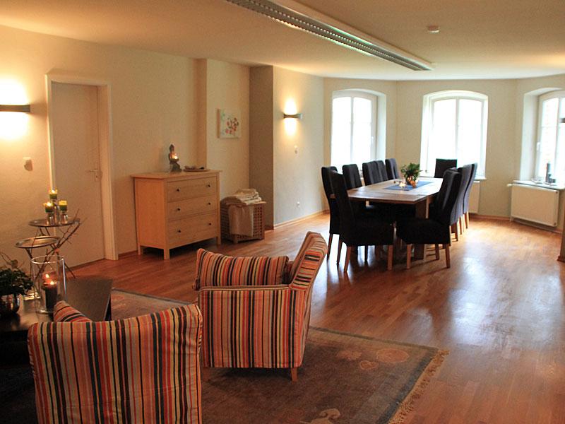 Gruppenraum  mit Sitzecke und Esstisch