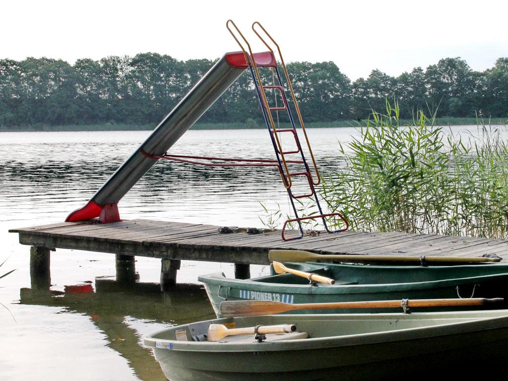 Rutsche und Boote am See