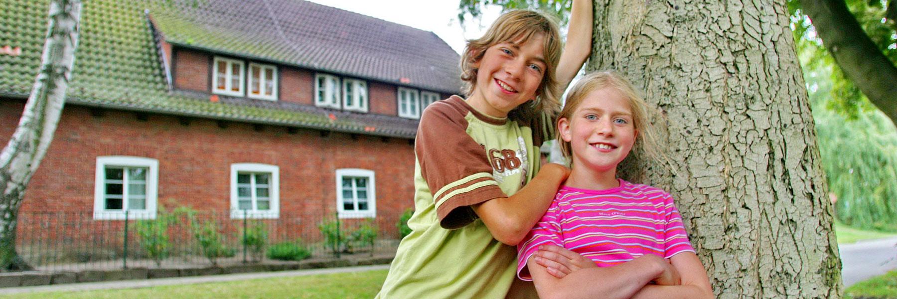 Kinder vor dem Haus - Jugendherberge Teterow