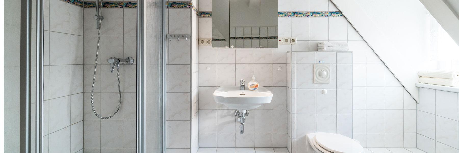 Badezimmer mit Dusche - Ferienwohnungen Bork