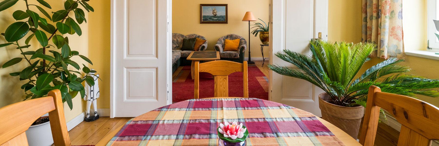 Esstisch mit Blick ins Wohnzimmer - Ferienwohnungen Bork