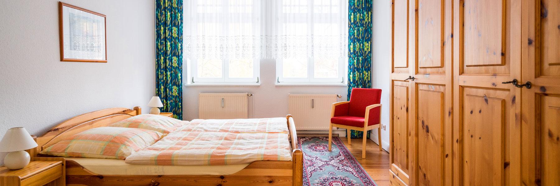 Schlafzimmer mit Doppelbett - Ferienwohnungen Bork