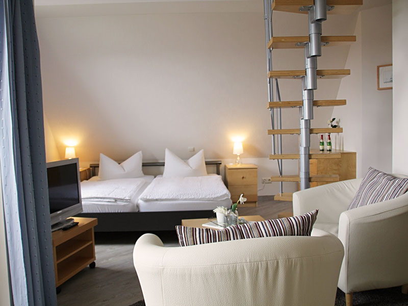 Appartement über 2 Ebenen mit offenem Wohn- und Essbereich, Küchenzeile und Balkon