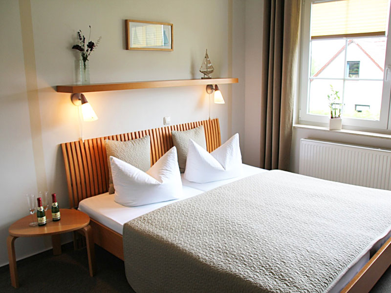 Doppelzimmer mit Doppelbett, Sitzecke und Miniküche
