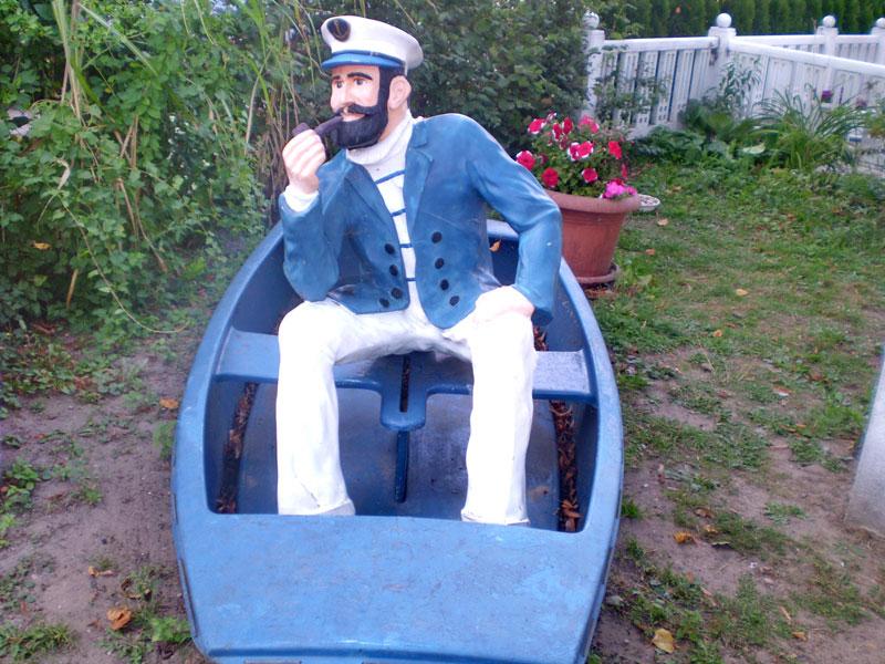 Kapitänsfigur im Boot