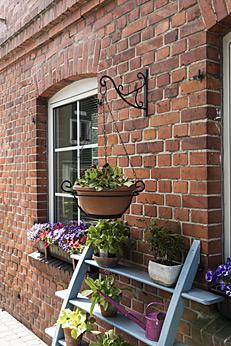 Blumentreppe an der Fassade