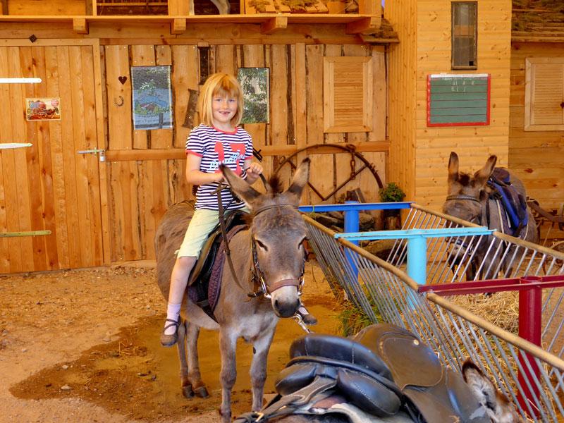 Mädchen auf einem Esel