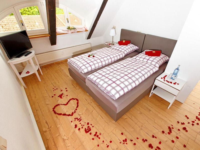 Schlafzimmer mit Rosendekoration